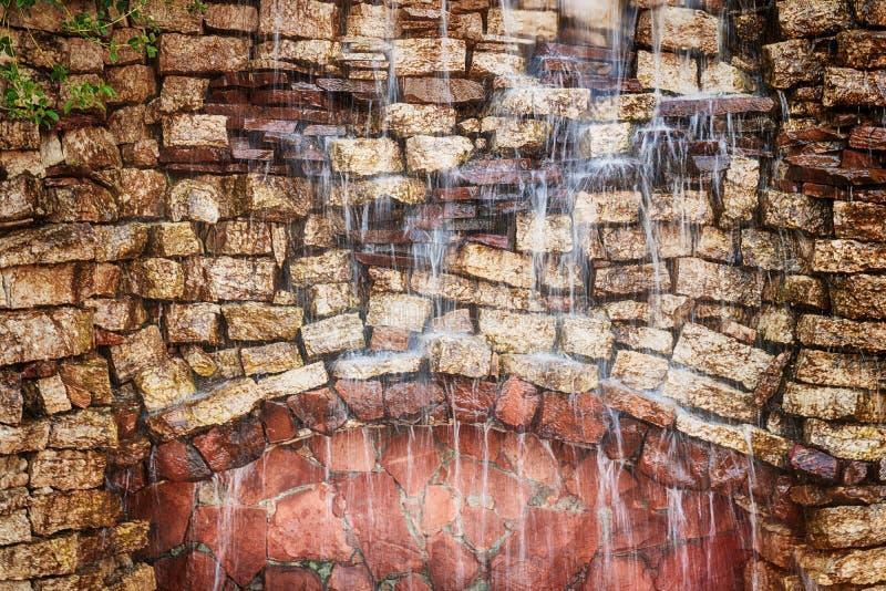 Dekoracyjna kamienna ściana z siklawą obrazy stock