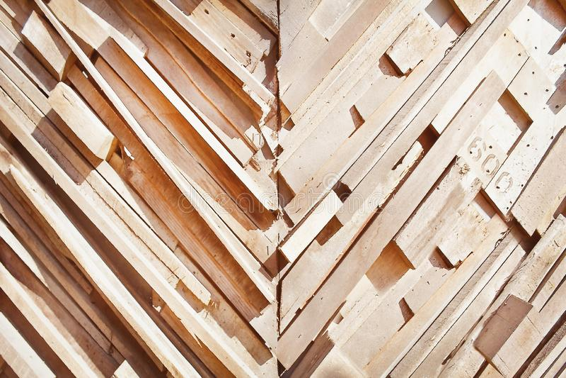 Dekoracyjna natura w pochylonym wzoru kawałku starego brązu drewniana tekstura z liczbą na ściennym tle fotografia stock