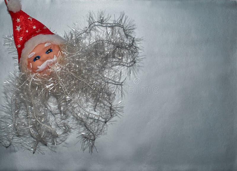 Dekoracyjna postać Święty Mikołaj kłama na srebnym tle obrazy stock