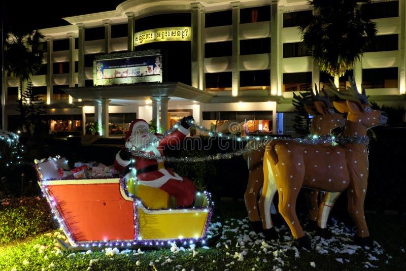 Dekoracyjna postać Santa z rogaczami ogranicza w rękach przera?aj?cy Santa Dekoracyjna rzeźba zdjęcia royalty free