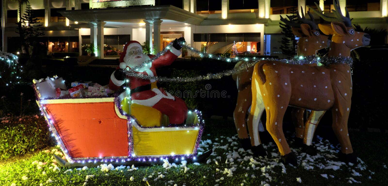 Dekoracyjna posta? Santa z rogaczami ogranicza w r?kach przera?aj?cy Santa Dekoracyjna rze?ba Santa z z?ym twarzy wyra?eniem fotografia stock