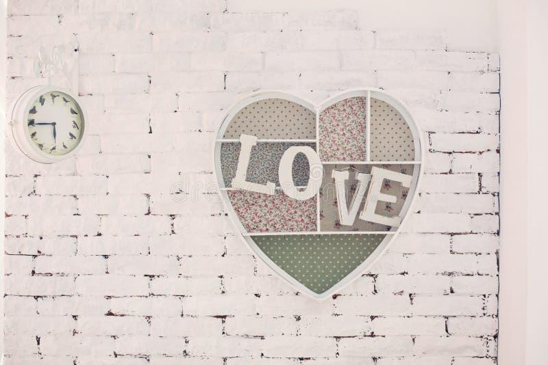 Dekoracyjna rama z wpisową miłością na ścianie zdjęcie royalty free