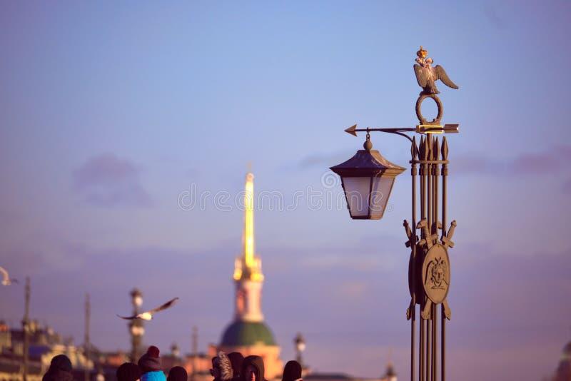 Dekoracyjna rzeźba jest lampionem na Ioanovsky moście na zajęczej wyspie dokąd Peter i Paul forteca lokalizuje Historica zdjęcia royalty free