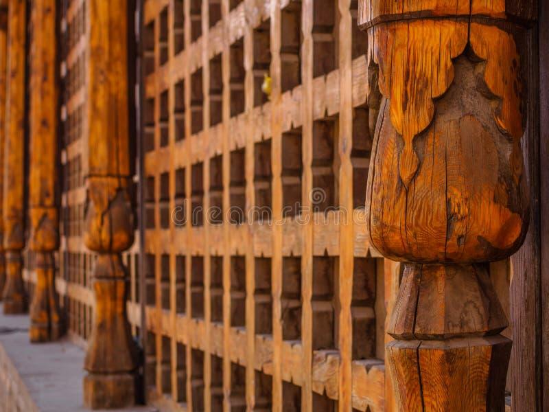 Dekoracyjna rzeźbiąca drewniana kratownica na starym okno w Bukhara, Uzbekistan zdjęcie royalty free