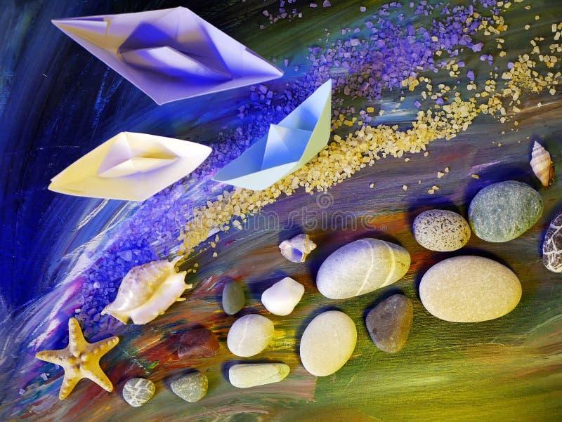 Dekoracyjna skład instalacja - gładkie morze kamieni, morze soli, skorup, rozgwiazdy i papieru łodzie na błękitnym tle, obraz stock