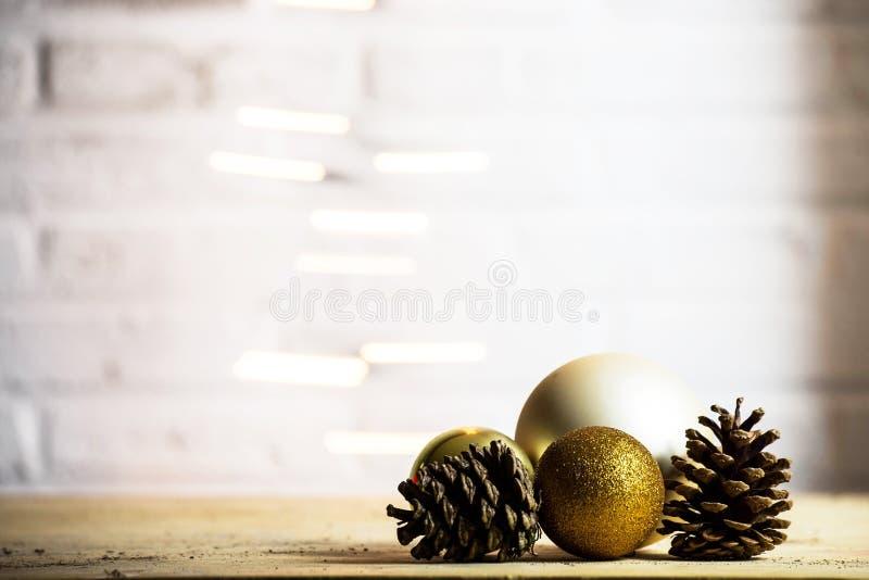 Dekoracyjna sosna konusuje z złocistej boże narodzenie piłek dekoracji tła Bożenarodzeniową teksturą zdjęcie royalty free