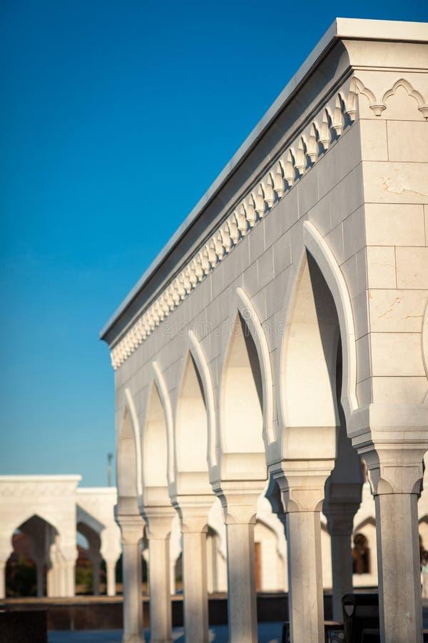 Dekoracyjne kolumny obok meczetu w Bolgar obrazy stock