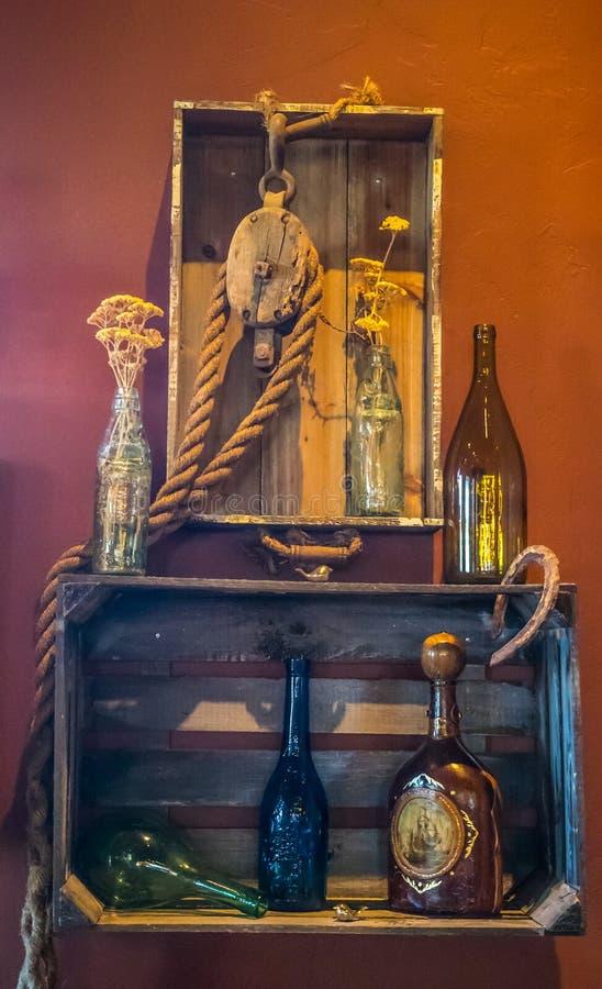 Dekoracyjne rzeczy przy wino smacznym pokojem zdjęcia stock