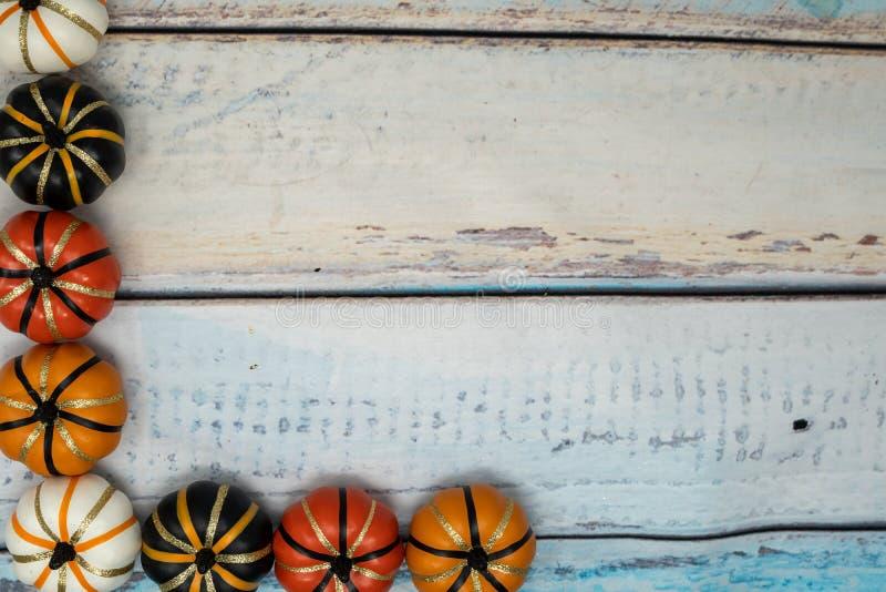 Dekoracyjne sfałszowane banie biel, pomarańcze i czerń, fotografia stock