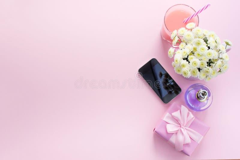 Dekoracyjnego składu mieszkania nieatutowy set rzecz kwiatów pachnidła koktajlu prezenta Odgórnego widoku kopii mobilna przestrze obraz stock