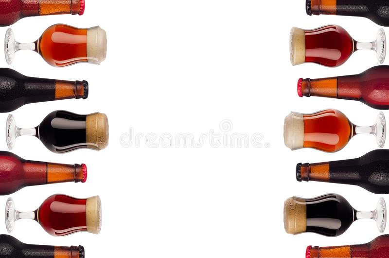 Dekoracyjnej sztuki granica piwo w butelkach i wineglass z pianą odizolowywającą na białym tle - lager, czerwony ale, furtian - zdjęcia royalty free