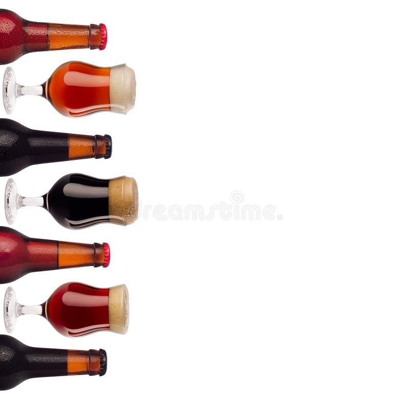 Dekoracyjnej sztuki granicy wzór piwo w butelkach i wineglass z pianą odizolowywającą na białym tle - lager, czerwony ale, furtia zdjęcie royalty free