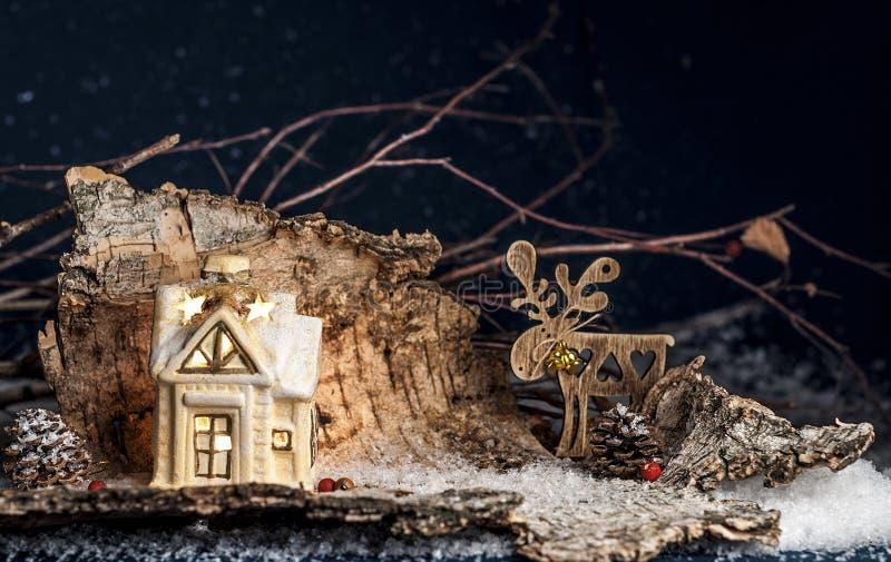 Dekoracyjni boże narodzenie ornamenty, mały dom, rogacz na błękitnym bac zdjęcia stock