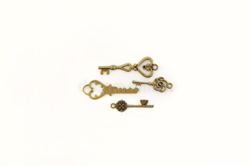 Dekoracyjni klucze różni rozmiary, stylizowany antyk na białym tle Tworzy centerpiece cztery klucze obraz royalty free