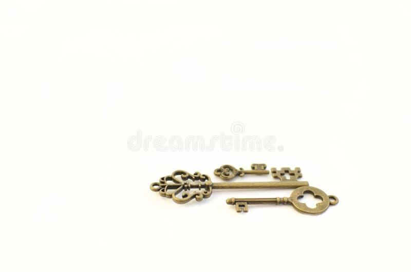 Dekoracyjni klucze różni rozmiary, stylizowany antyk na białym tle Tworzy centerpiece trzy klucze zdjęcie royalty free