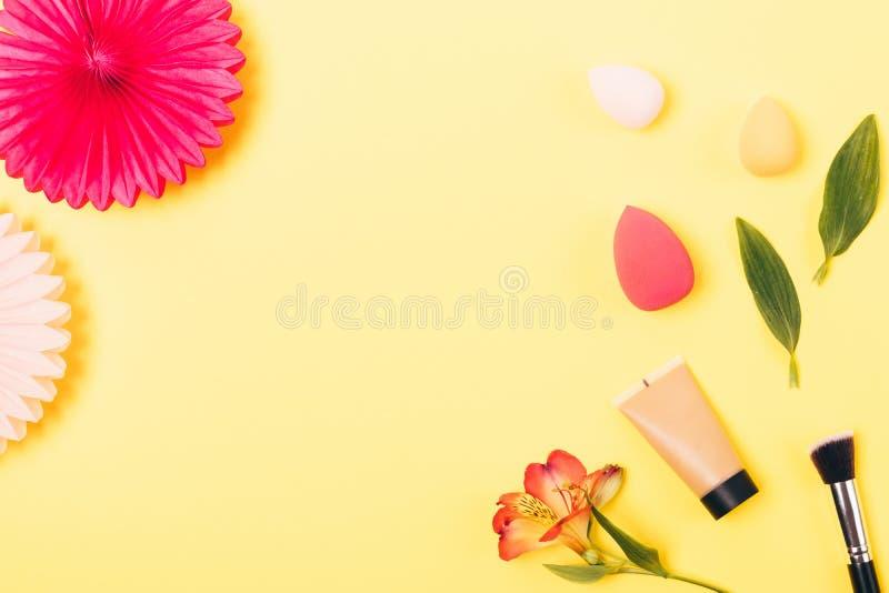 Dekoracyjni kosmetyki dla parzysty, równy cery fotografia stock