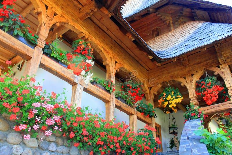 Dekoracyjni kwiaty na tradycyjnym romanian domu fotografia royalty free