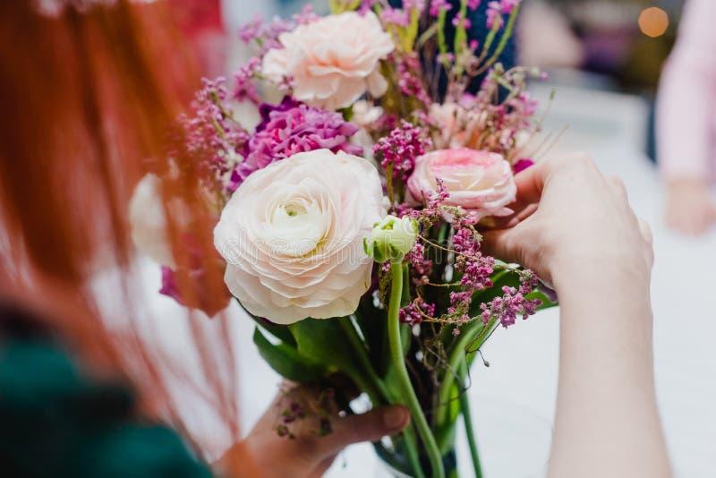 Dekoracyjni kwiaty w ręka imbiru dziewczynie obraz stock