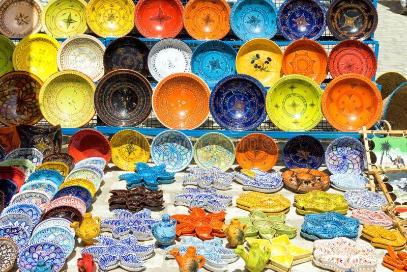 Dekoracyjni naczynia dla sprzedaży w Houmt El Souk w Djerba, Tunezja zdjęcie stock