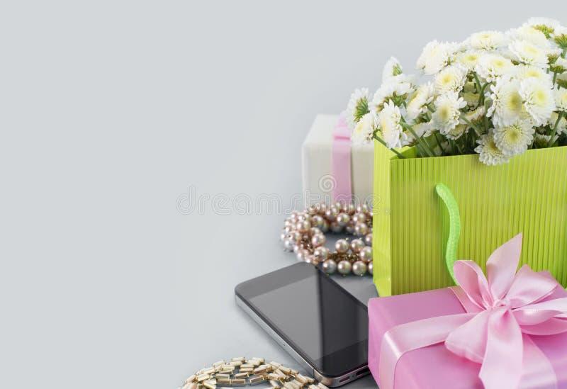 Dekoracyjni składów pudełka z prezentów kwiatów kobiet biżuterii zakupy wakacje siwieją tło obrazy stock