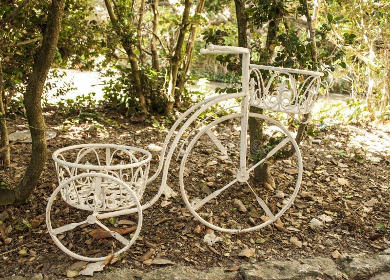 Download Dekoracyjny bicykl obraz stock. Obraz złożonej z rękojeść - 32026533