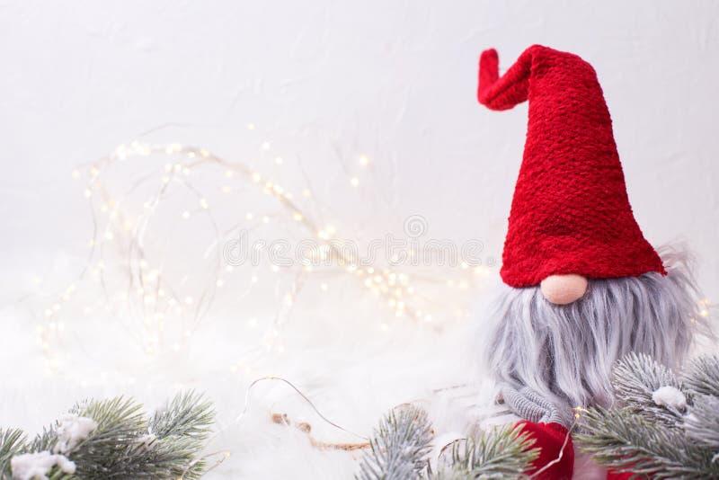 Dekoracyjny boże narodzenie elf, gnom z czarodziejskimi światłami i jedlinowym drzewem lub zdjęcia royalty free