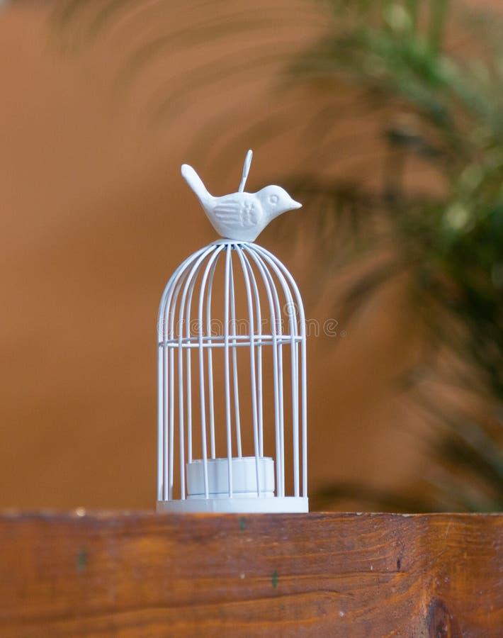 Dekoracyjny candlestick w postaci ptasiego obsiadania na klatce w pobocze kawiarni blisko Sighisoara miasteczka w Rumunia obraz royalty free