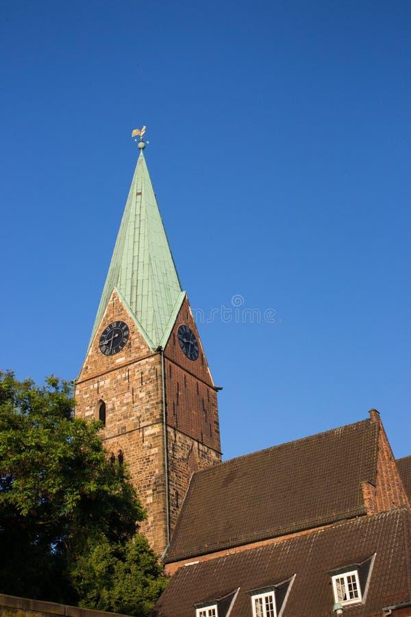 Dekoracyjny kogut na steeple antyczny wierza przeciw niebieskiemu niebu Wiatrowskaz na dachu w Bremen, Niemcy Iglica średniowiecz obrazy royalty free