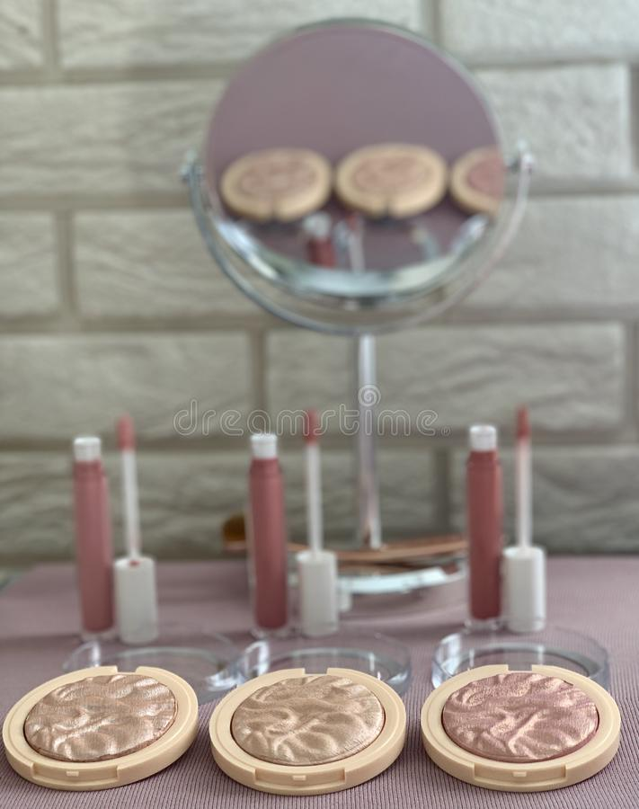 dekoracyjny kosmetyka set pi?kn? twarz robi si? portret to kobiety zdjęcie royalty free