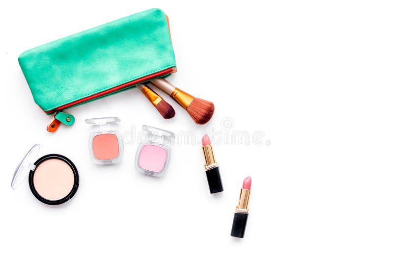 Dekoracyjny kosmetyka tło Eyeshadow, szminka, muśnięcia, pomadka w kosmetycznej torbie na białej odgórnego widoku kopii przestrze zdjęcie royalty free