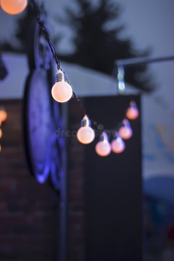 Dekoracyjny plenerowy sznurek zaświeca obwieszenie przy nighttime zdjęcie royalty free