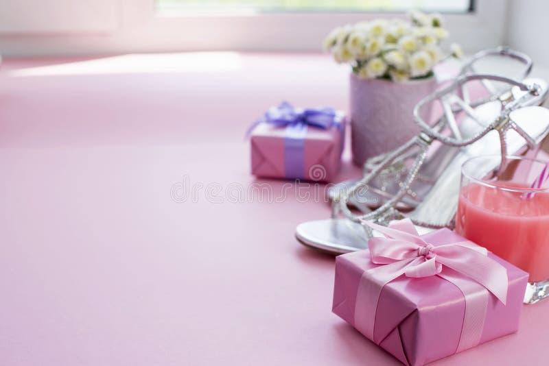 Dekoracyjny składu prezenta pudełko z atłasowym tasiemkowym łękiem dla kobieta kwiatów Kupuje buty szkło koktajl obrazy royalty free