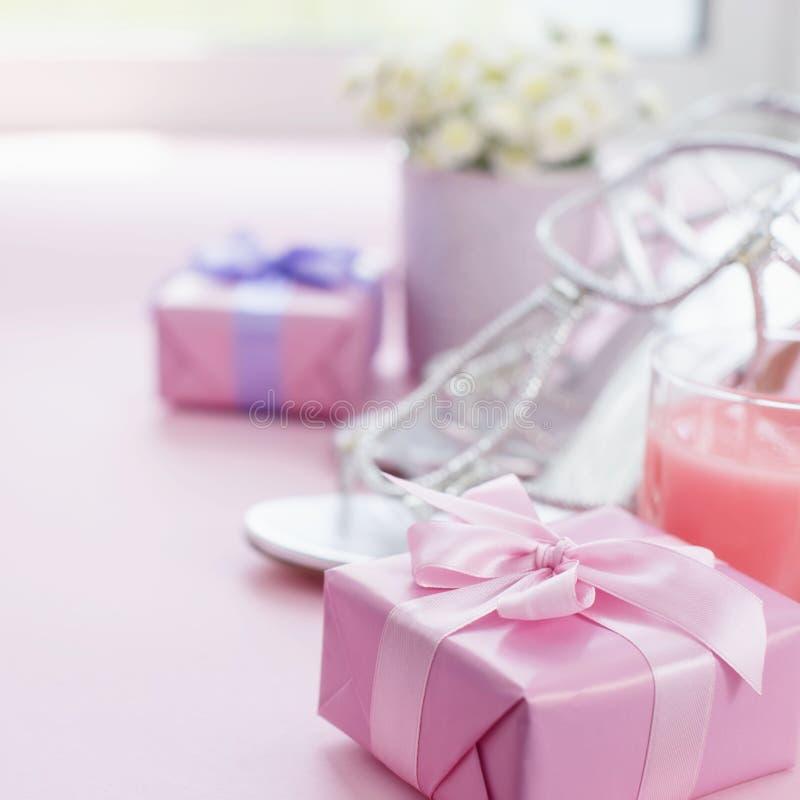 Dekoracyjny składu prezenta pudełko z atłasowym tasiemkowym łękiem dla kobieta kwiatów Kupuje buty szkło koktajl zdjęcia stock