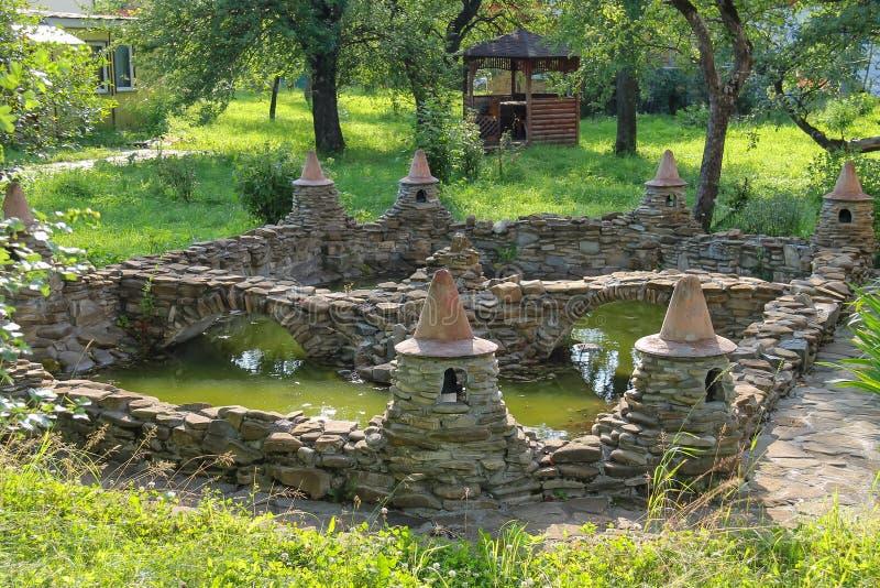 Dekoracyjny staw i mały drewniany pawilon obrazy royalty free