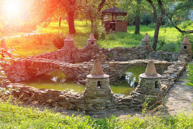 Dekoracyjny staw i mały drewniany pawilon w lecie uprawiamy ogródek zdjęcie stock