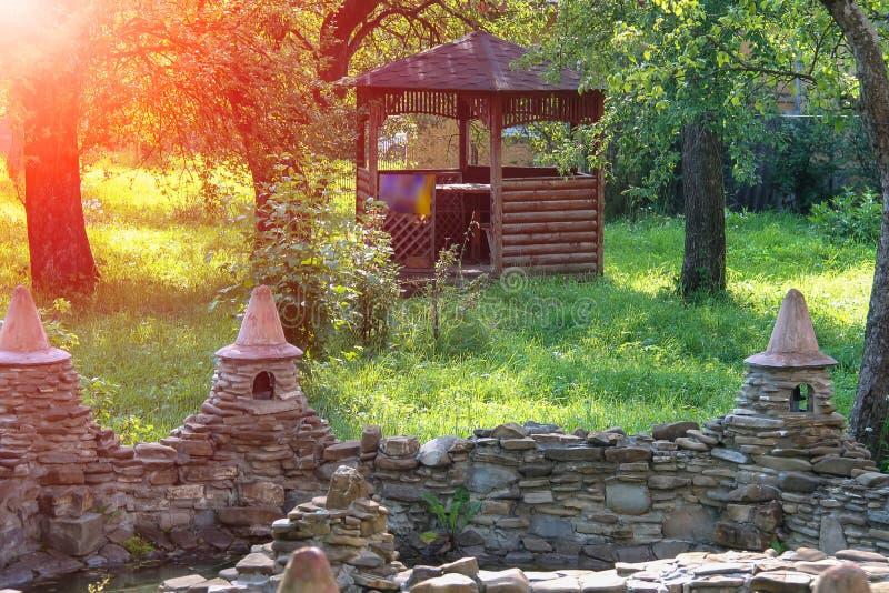 Dekoracyjny staw i mały drewniany pawilon w lecie uprawiamy ogródek obrazy stock