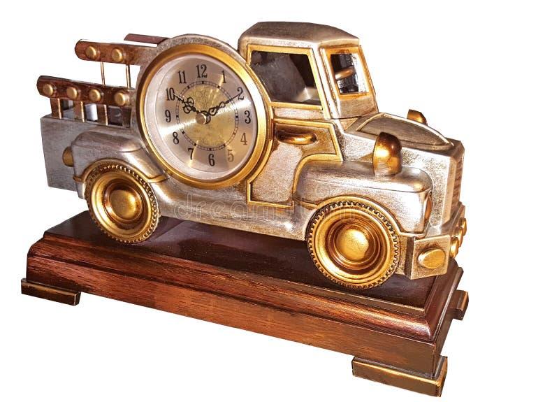 Dekoracyjny stołowy zegar, uzupełnia w postaci starego samochodu na lacquered drewnianym stojaku fotografia stock