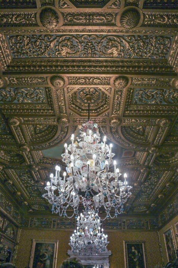 Dekoracyjny sufit i świecznik pokój przy Peles Roszujemy obrazy stock