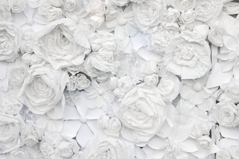 Dekoracyjny tło od białych papierowych kwiatów fotografia royalty free