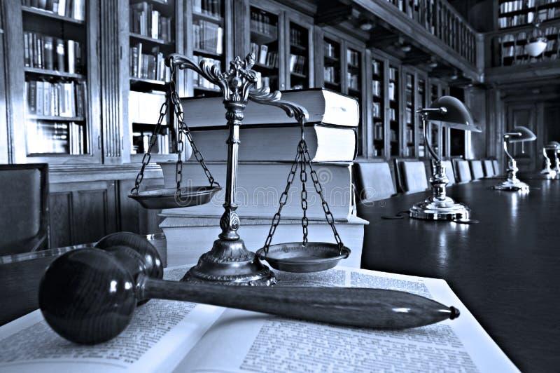 Dekoracyjny Waży sprawiedliwość w bibliotece zdjęcie stock