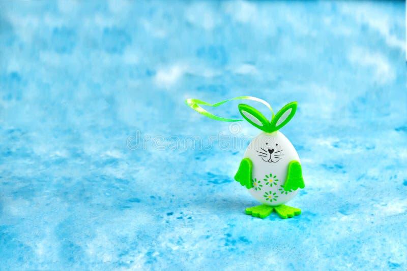 Dekoracyjny zabawkarski Wielkanocny królik na błękitnym tło wielkanocy i wiosny wakacyjnym pojęciu z kopii przestrzenią zdjęcia royalty free