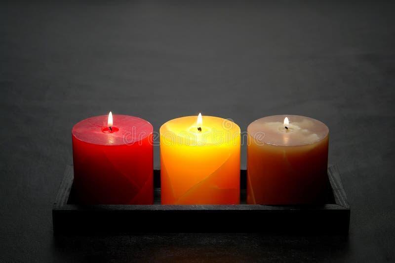 dekoracyjnych filar płonące świeczki fotografia stock