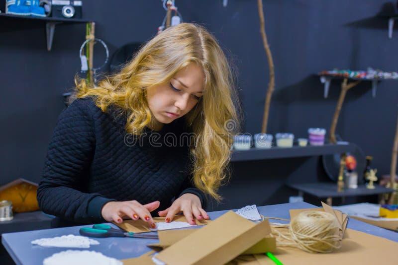 Dekoratör för yrkesmässig kvinna som arbetar med kraft papper arkivbild