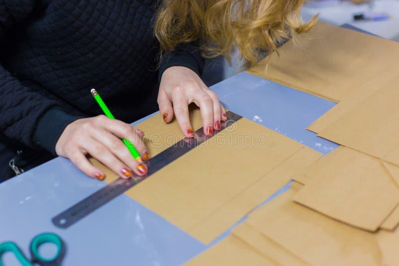 Dekorat?r f?r yrkesm?ssig kvinna, m?rkes- arbete med kraft papper arkivbild