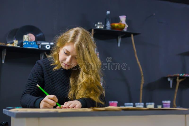Dekorat?r f?r yrkesm?ssig kvinna, m?rkes- arbete med kraft papper arkivfoton