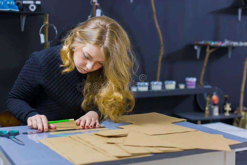 Dekorat?r f?r yrkesm?ssig kvinna, m?rkes- arbete med kraft papper arkivfoto