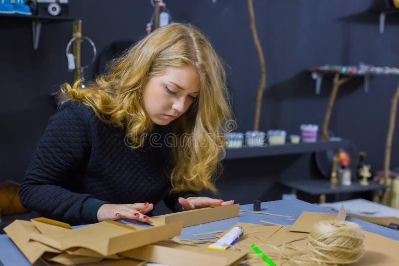 Dekorat?r f?r yrkesm?ssig kvinna som arbetar med kraft papper arkivfoto