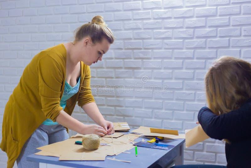 Dekorat?rer f?r yrkesm?ssiga kvinnor som arbetar med kraft papper royaltyfria bilder