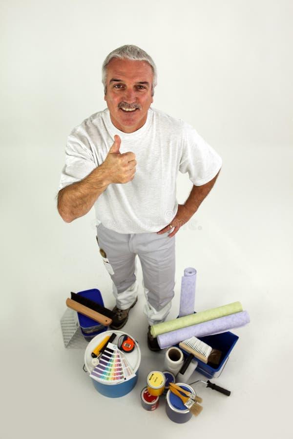 Dekorateur, der den Thumbs-up gibt stockbild