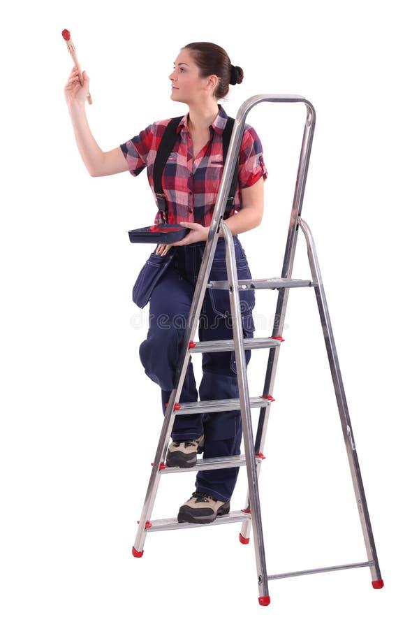 Dekorateur, der eine Leiter klettert lizenzfreies stockfoto